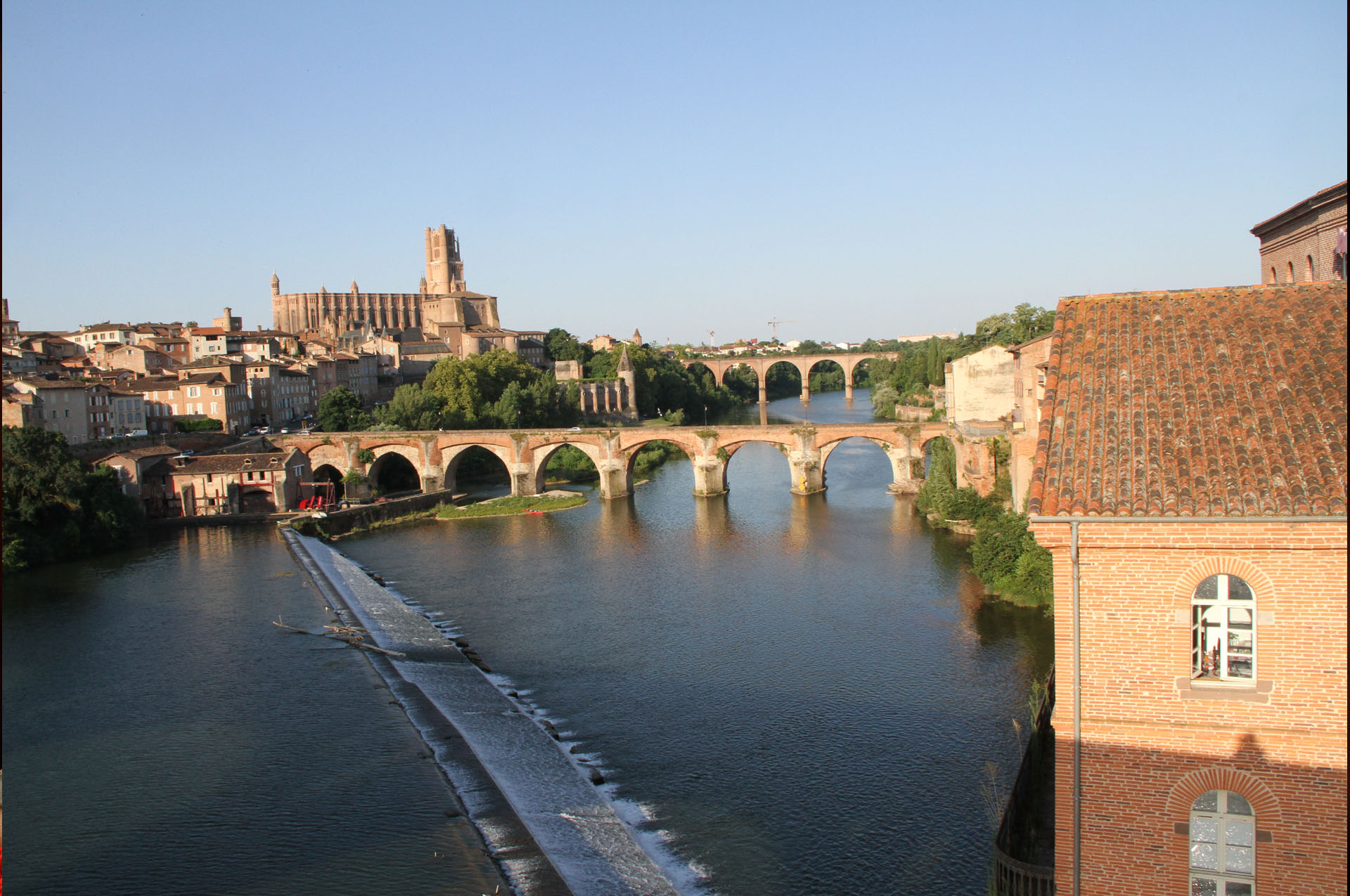 Vue du pont neuf qui enjambe le Tarn près de Famille Services à Albi avec la cathédrale dans le fond.