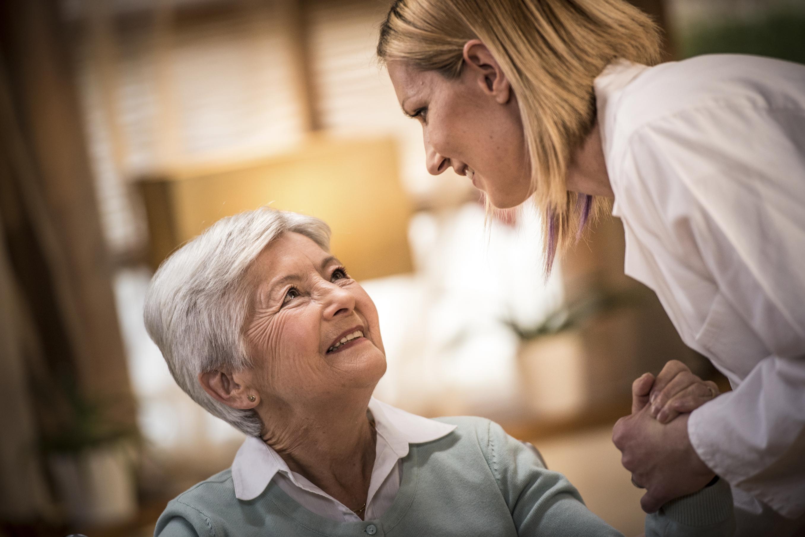 Familles Services Albi propose une aide à la personne pour les personnes âgées